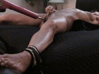 MILF Babe auf dem Rücken gefesselt Cums hart - Maschine ficken