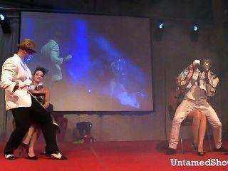 zwei Stripper Männchen auf der Bühne schmutzig tanzen