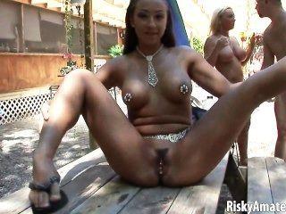 sexy Amateur-Mädchen nackt posiert im Freien