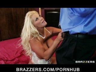 geile blonde Milf mit riesigen Titten fickt ihre Töchter Freund