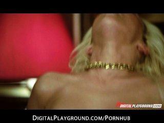 Dessous gekleidete blonde gibt eine erstaunliche Blowjob, bevor sie gefickt