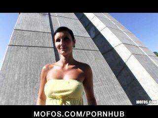 sexy tschechische Mädchen mit einem perfekten Körper für Sex in der Öffentlichkeit bezahlt