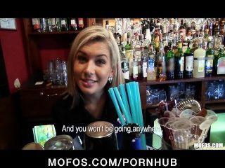 wunderschöne blonde Barkeeper in Sex bei der Arbeit gesprochen