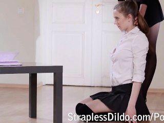 erste Strapon Lektion für ein Mädchen