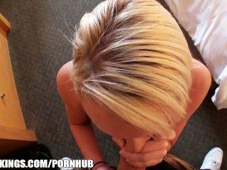 blonde Teen ist für Sex an der Tankstelle und bezahlt abgeholt