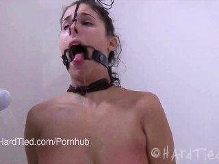 Brunette Amateur in Latex in Seil gebunden gefoltert erotisch in Wasser