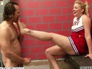 Cheerleader bekommt Zehen gesaugt und dann gefickt