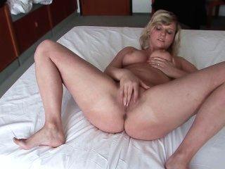 sie nimmt im Hotelzimmer gefilmt zu werden