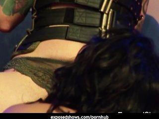 zwei wilde Schlampen genießen auf der Bühne lesbischen Sex