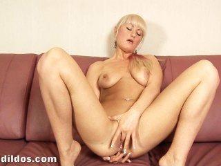hot blonde ihr Arschloch mit einem riesigen schwarzen brutalen Dildo in hd klaffende