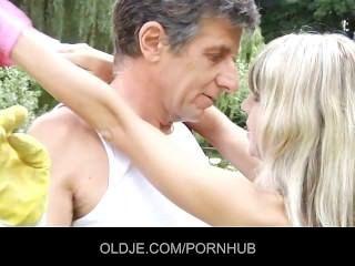 süße Blondine bekommt eine anale Injektion von einem oldje