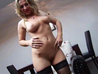 sexy Blondine in Nylons Freuden ihre Muschi