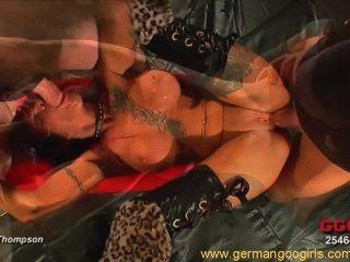 sexy Rotschopf mit Tätowierungen Spaß in einem heißen Bukkake Orgie mit