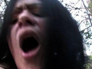 spanisch Mädchen fickt Gemüse und Hähne im Wald