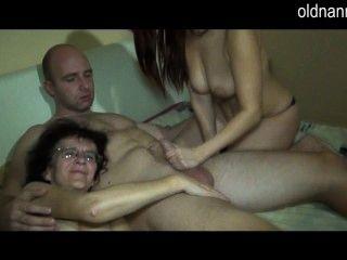 alte reife Mutter und junge Küken wehen zusammen