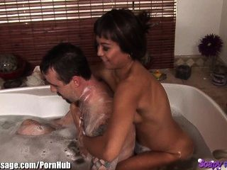 asiatischen Masseuse Bad und Blasen