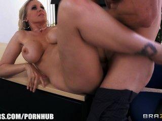 julia ann bekommt einen neuen Job und fickt der Chef am ersten Tag