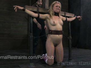 junge Blondine in Bondage & geprügelt