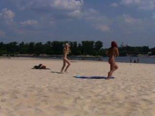 sexy Freunde geben eine Show mit ihrer Liebe zu Nudismus