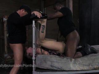 hot tätowiert bonnie faul in Knechtschaft gefickt