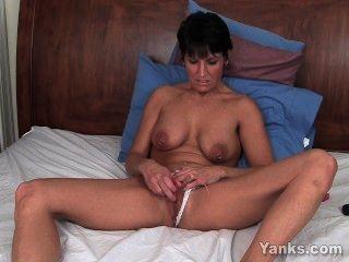 ihre piercied Klitoris kitzeln