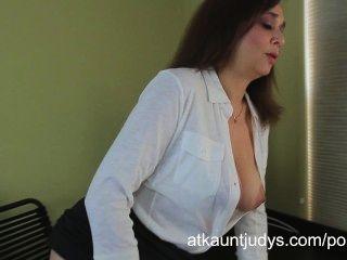 Büroangestellte alesia Vergnügen, Schrauben ihre reifen Pussy mit einem Spielzeug rasiert.
