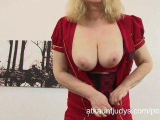 kurvige reife Blondine amanda frolics in ihrer Wäsche und masturbiert