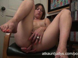 jamie lynn legt auf ihrem Ledersessel zurück zu ihrem Milf Pussy masturbieren