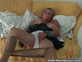 Oma mit großen Titten masturbiert in Strumpfhosen