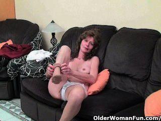 Skinny Oma in Strümpfen gibt ihre haarige alte Muschi ein Genuss