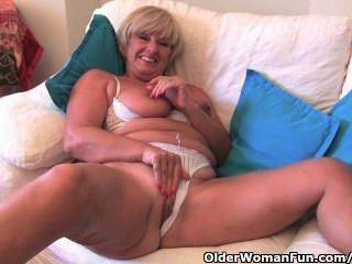 Oma mit großen Titten masturbiert mit Sammlung ihr Sex-Spielzeug