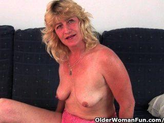 fickbar Oma spreizt ihre alte Pussy weit