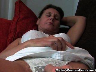 Ältere Mütter mit harten Nippel und behaarte Pussy wird vom Fotografen gefingert