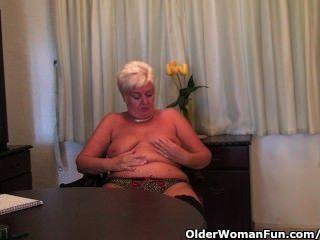 mollige Oma in den schwarzen Strümpfen masturbiert mit einem Dildo
