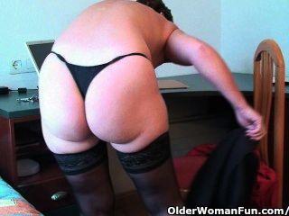 classy Oma fickt mit Dildos im Hotelzimmer ihre Muschi und Arschloch
