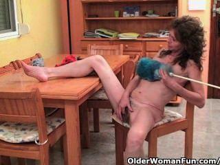 schlaffe Oma gibt ihre haarige alte Muschi ein Genuss