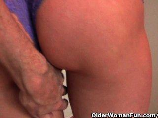 Rothaarige Milf vom Fotografen ihre nassen reifen Pussy Finger gefickt