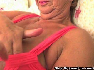 Oma mit üppigen Körper wird vom Fotografen gestreichelt und gefingert