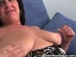reife Mutter mit großen Titten und geilen Arsch bekommt Finger gefickt