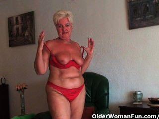 mollig Oma mit schlaffe großen Titten und prallen Arsch breitet sich ihre alte Pussy