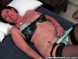 kurvige reife Mutter in Strümpfen ihre haarige Pussy liebäugelt