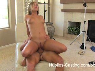 nubiles Casting - das Mädchen wird alles tun, um den Job zu bekommen!