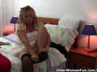 Oma mit großen Titten trägt Strumpfhosen, als sie einen Dildo fickt