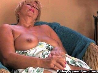 mollig Oma masturbiert mit ihren Fingern und einem Vibrator