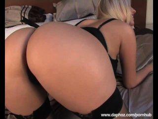 blond Große Brüste Euro Milf spielen im Bett mit ihren großen Titten und rasierte Muschi