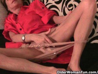 dünn Oma massiert ihre kleine Titten und reibt sich ihre enge Muschi