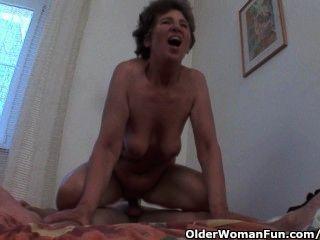 Hahn hungrig Großmutter liebt Analsex