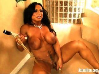 Aziani Eisen Rhonda Lee ihren großen Kitzler Pumpen