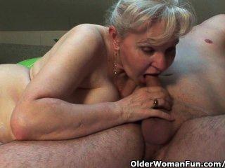 Oma in Wärme muss auf einem Hahn halb so alt, um aus