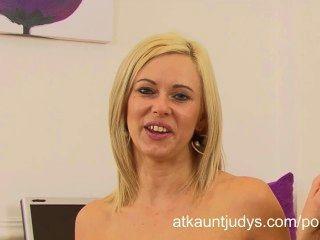 anna Freude wird geil und masturbiert nach einem Interview im Büro